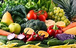 frutta e verdura fresca di tutti i colori su tavola imbandita