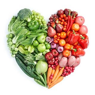 fruttacolorata fresca disposta a forma di cuore verde e rosso