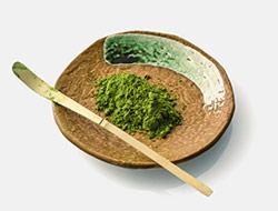 cerimoniale del matcha te verde in polvere su una ciotola marrone