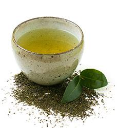 polvere di green tea te verde in ciotola di vetro su tovaglietta verde