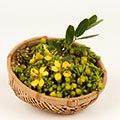 bache di frutta gialla in cestino di vimini marrone